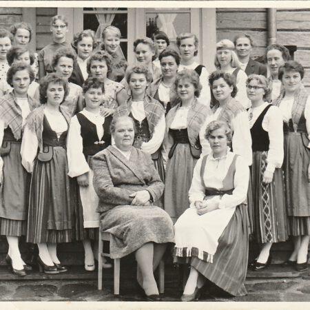 Käsityökoulun oppilaita luokkakuvassa keväällä 1957.